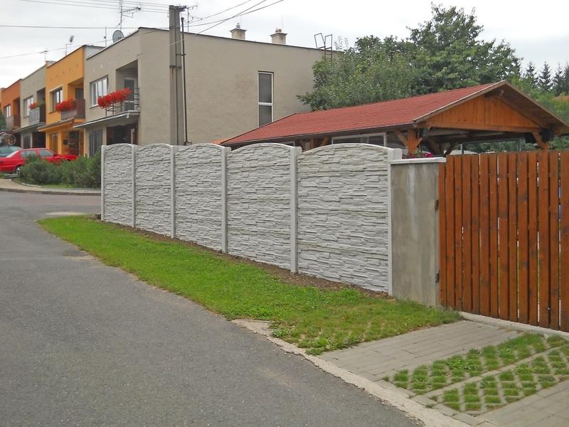 Realizovaný betonový plot v Čáslavi