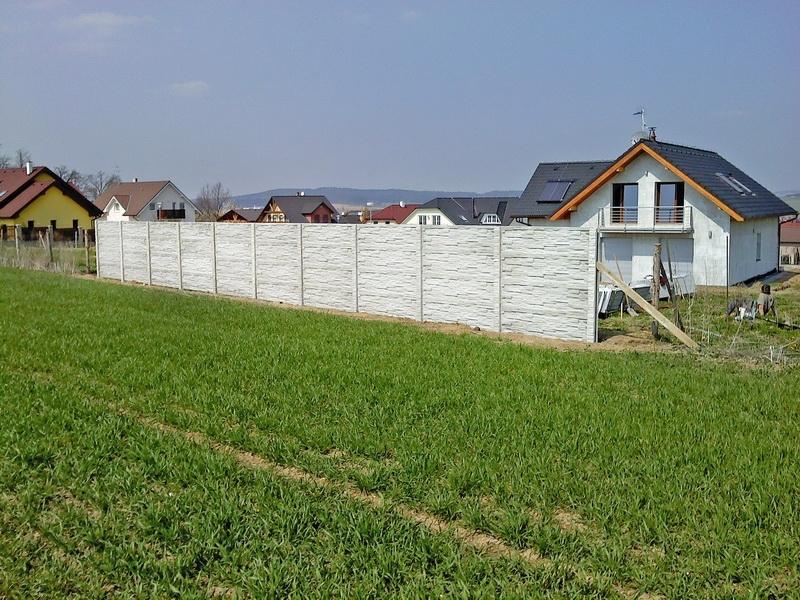 Betonový plot kolem domu oboustranný