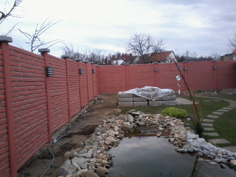 Betonový plot v cihlovém dekoru obarvený do cihlové barvy