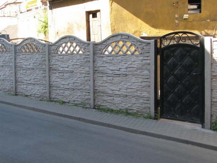 Oplocení pozemku betonovým plotem v šedé barvě