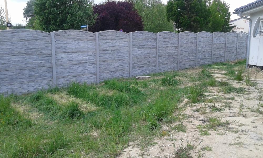 Obloukový plot betonový v šedém dekoru betonu