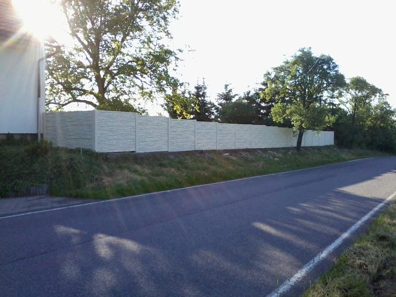 Bílý betonový plot
