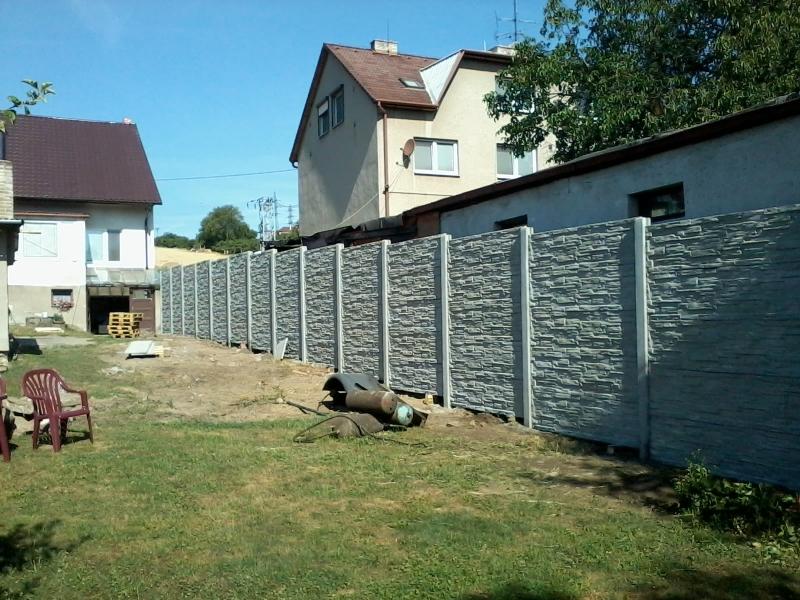 Betonový plot podél celé zahrady