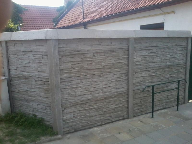 Betonový plot zakončený betonovou stříškou