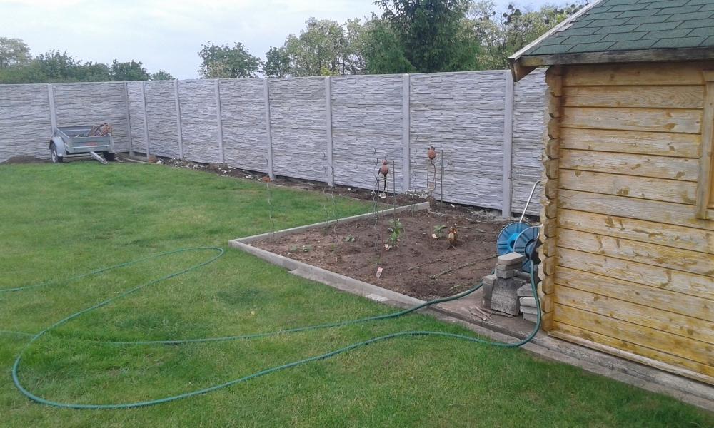 Oplocení zahrady betonovým plotem vysokým přes 2 metry