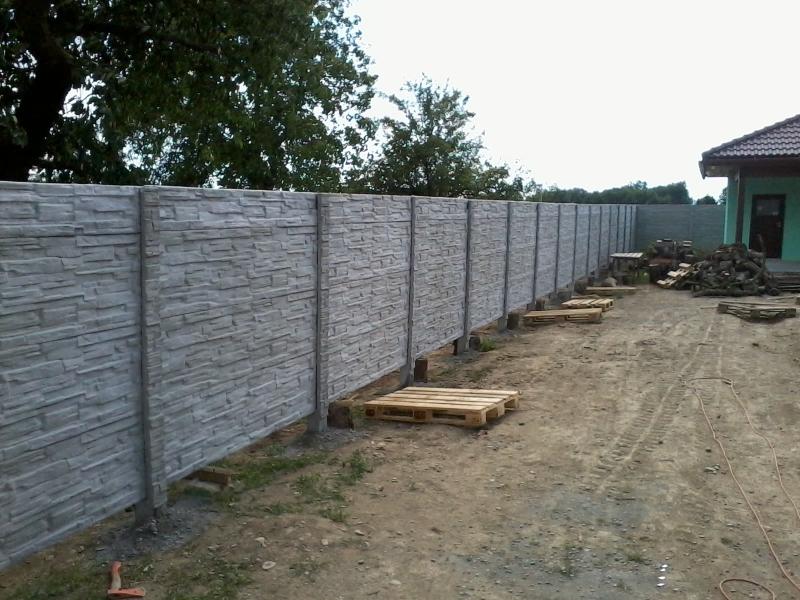 Betonový plot kolem zahrady realizace Brno