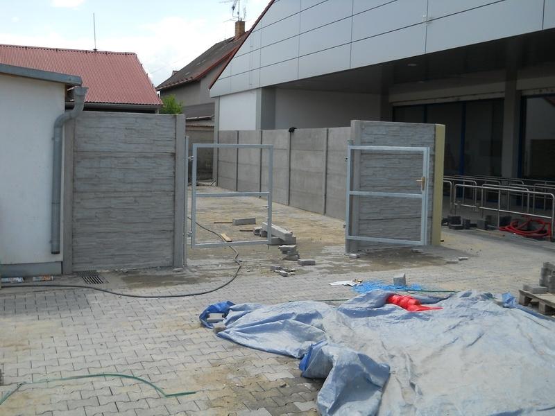 Oplocení skladu z betonu v šedé barvě