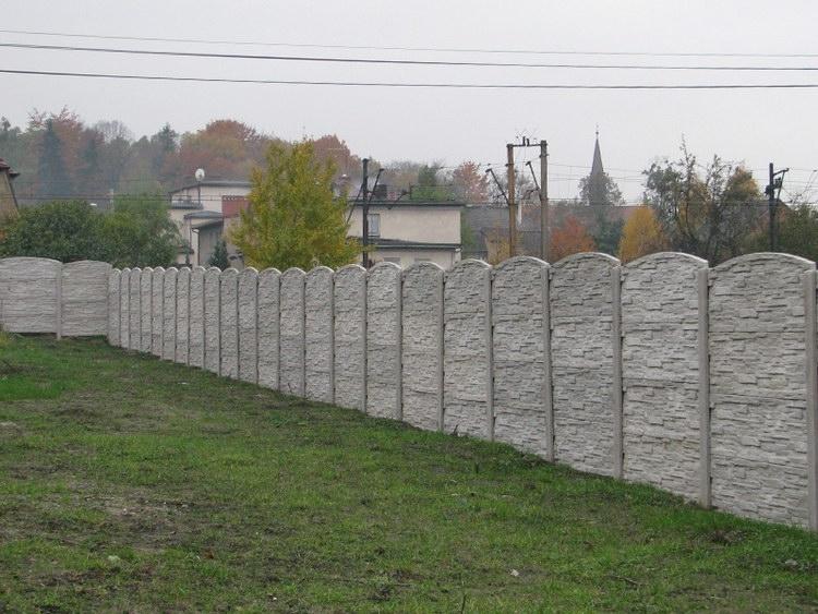 Obloukový betonový plot z betonových desek