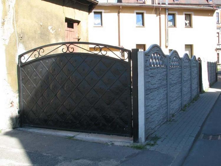 Betonový plot s okrasnou bránou