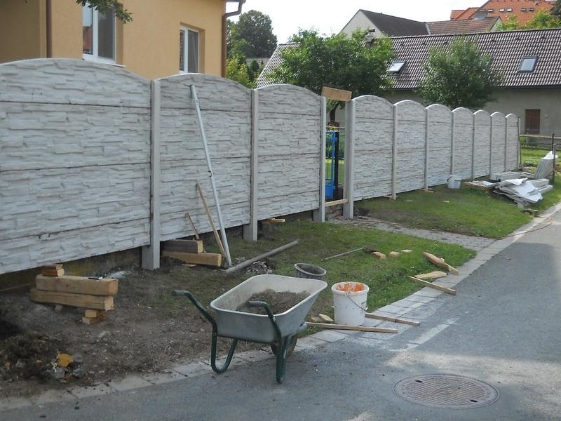 Ukázka postupu stavby betonového plotu