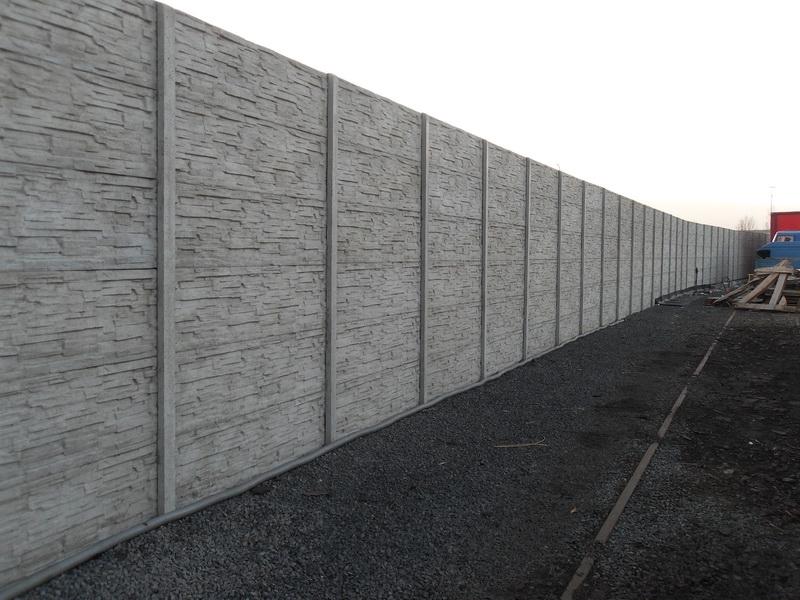 Dlouhý a vysoký betonový plot