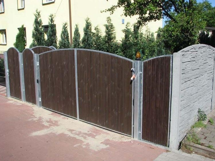 Plot z betonu zkombinovaný se dřevěnou bránou
