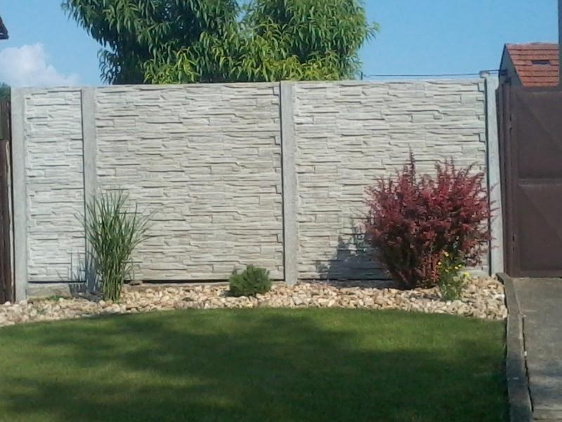 Plot z betonových desek, betonových panelů