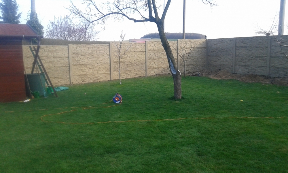 Levný betonový plot kolem zahrady