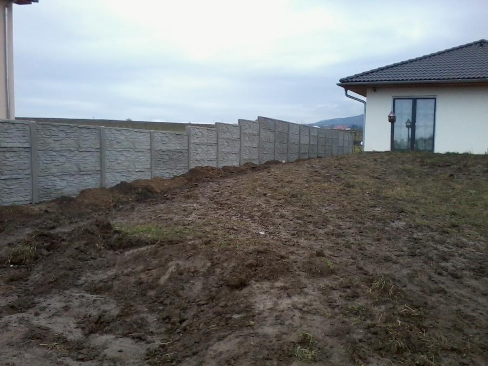 Levné oplocení z betonu kolem novostavby domu