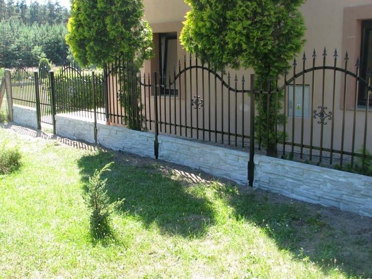 Betonový nízký plot zkombinovaný s kovovým plotem