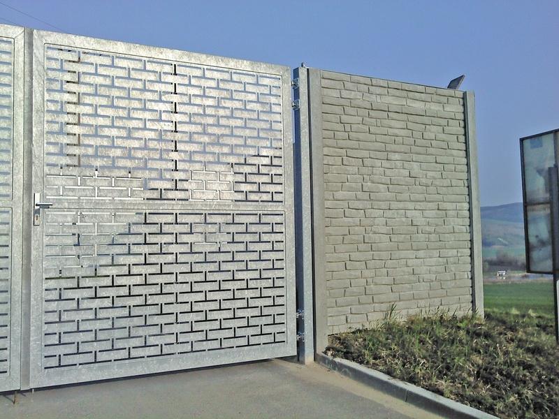 Betonový plot sladěný s bránou