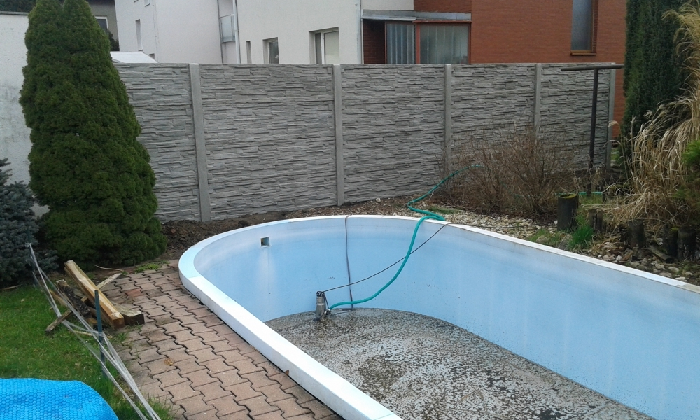 Plot kolem zahradního bazénu