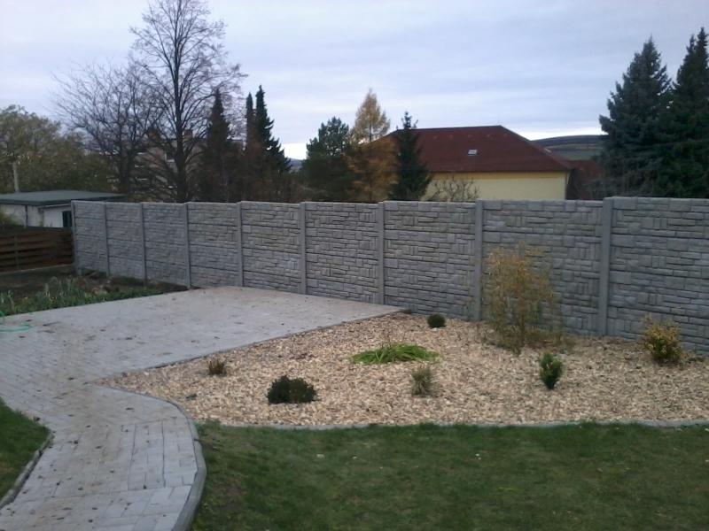 Betonový plot kolem zahrady s realizací Brno