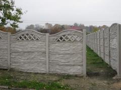 Betonový plot s horní částečně průhlednou deskou