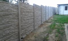 Betonový plot s dekorem nepravidelného kamene