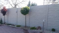 Betonové oplocení kolem parku