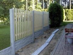 Betonový plot se dřevěnými deskami