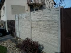 Betonový plot z betonových desek, kvalitní betonová deska je základ plotu