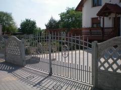 Betonové oplocení s kovovou vjezdovou bráno