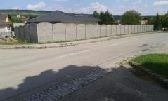 Oplocení kolem celé novostavby betonovým plotem