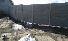 Stavba betonového plotu kolem pozemku