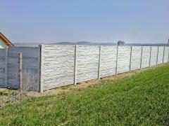 Betonové oplocení zahrady vysokým betonovým plotem a obloukovou horní deskou