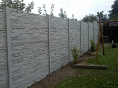 Oplocení zahrady ve svahu betonovým plotem