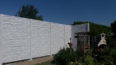 Detail usazení betonových sloupků u betonového plotu