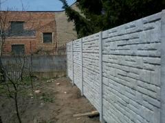Betonové desky ze kterých je smontovaný betonový plot