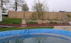 Oplocení probarveným betonovým plotem v krémové barvě