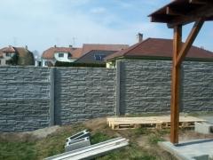 Betonové oplocení zahrady s pergolou