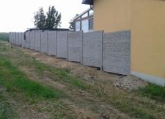 Betonový plot instalovaný v mírném svahu