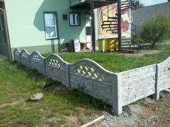 Nízký betonový plot