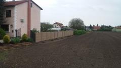 Betonový plot v dekoru proplétaného dřeva