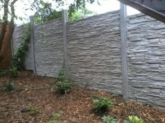 Realizace betonového plotu ve svahu zahrady