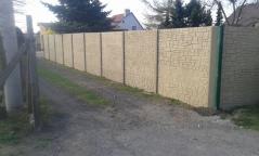 Béžový betonový plot nebo také okrový plot z betonu