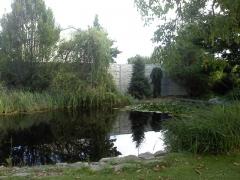 Plot z betonu kolem zahradního jezírka zajistí soukromí