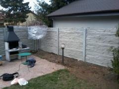 Betonový plotek kolem zahrady