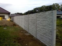 Montáž betonových sloupků u plotu