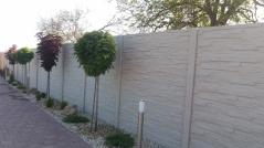 Betonovy plot kolem okrasného chodníku