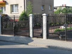 Betonové sloupky s kovovou bránou